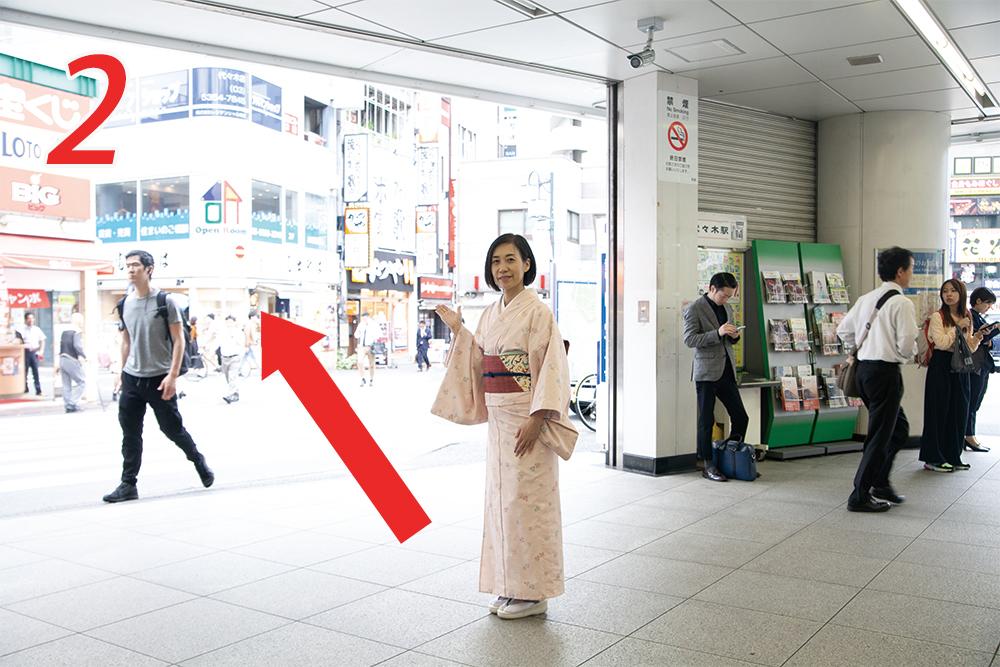 改札を出て左手奥の富士そばへ|代々木駅からの道のり