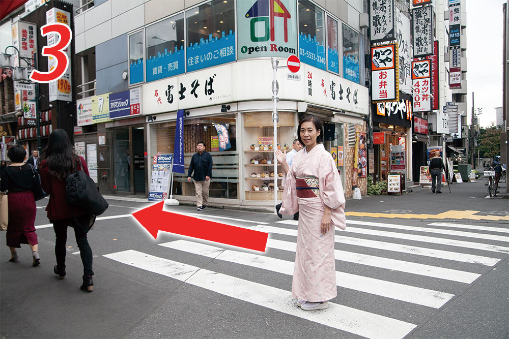 富士そば手前道の商店街を歩く
